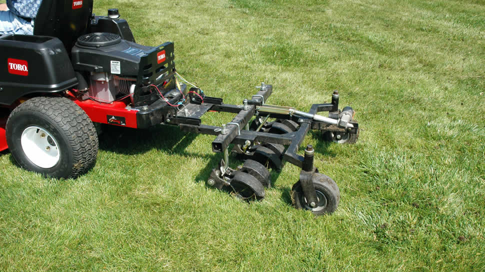 Hooking tines lift loose plugs of soil, which disperse quickly, spreading nutrients over the surface.